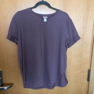 Mauve T-shirt with rolled sleeves